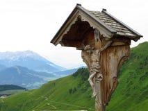 Crucifijo en paisaje de la montaña Imagen de archivo libre de regalías