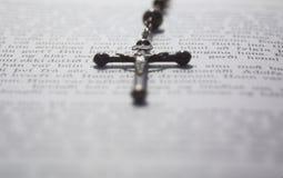 Crucifijo en un libro Imagenes de archivo