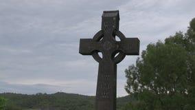 Crucifijo en un sepulcro adornado con las ilustraciones célticas metrajes