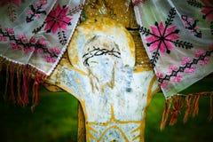 Crucifijo resistido viejo en una cruz de madera Foto de archivo