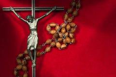 Crucifix μετάλλων με τις ξύλινες Rosary χάντρες Στοκ Φωτογραφία