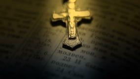 Crucifix που βρίσκεται στις ανοικτές σελίδες Βίβλων Κινηματογράφηση σε πρώτο πλάνο απόθεμα βίντεο