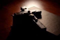Crucifix au-dessus de bible Photographie stock libre de droits