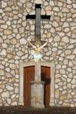 Crucifix avant une chapelle Image libre de droits