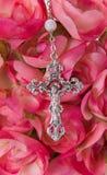 Crucifix avec des fleurs Photos libres de droits