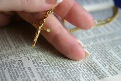 Crucifix do ouro Fotografia de Stock Royalty Free