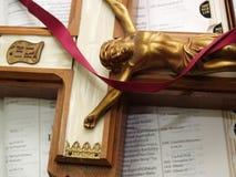 Crucifix e escritura Fotografia de Stock Royalty Free