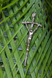 Crucifix em folhas de palmeira Imagem de Stock Royalty Free