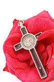 Crucifix em Rosa vermelha foto de stock