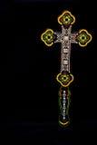 Crucifix en bois découpé sur le fond noir simple Image libre de droits