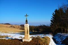 Crucifix en montagnes Images stock