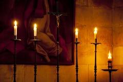 Crucifix et bougies Photo libre de droits