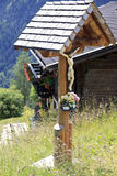 Crucifix le long de route dans Apriach, Autriche Photographie stock libre de droits