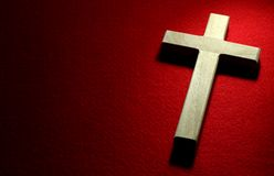 Crucifix sur le rouge Photos libres de droits