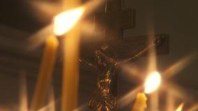 Crucifixión con las velas en un templo religioso ortodoxo almacen de video