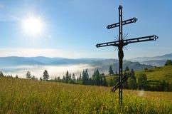 Crucifixión de Jesus Christ en medio de prados en Carpathia Fotos de archivo