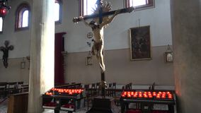Crucifixión de Jesus Christ - la vieja escultura en la iglesia medieval de Santi Maria e Donato La isla de Murano, Venecia metrajes