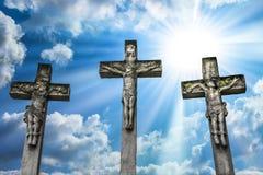 Crucifixión de Jesus Christ y de los dos ladrones imagenes de archivo