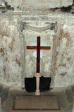 Crucifixión en la iglesia afectada por el fuego Imagen de archivo libre de regalías