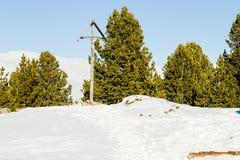 crucifixión Madera-tallada con el fondo de picos coronados de nieve y Foto de archivo libre de regalías