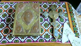 Crucifixión y Sagrada Biblia en la tabla almacen de metraje de vídeo