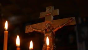 Crucifixi?n en la iglesia en el fondo de velas almacen de video