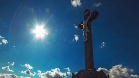 crucifixion Christliches Kreuz mit Jesus Christ-Statue über stürmischen Wolken stockfotografie