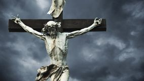 crucifixion A cruz cristã com a estátua crucificada de Jesus Christ sobre a obscuridade nubla-se o lapso de tempo filme