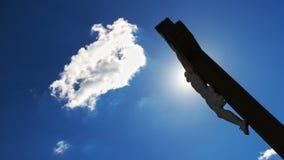 crucifixion Cruz cristã com a estátua de Jesus Christ sobre nuvens tormentosos fotos de stock