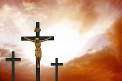 crucifixion Cruz cristiana en cloudscape rojo dramático Fotografía de archivo libre de regalías
