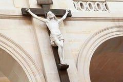 Crucifixion du Christ s'arrêtant sur le pilier dans le temple Photographie stock