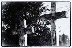 crucifixion En detalj från en gammal kyrkogård Behandlad stolpe Royaltyfri Fotografi