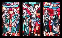 Crucifixion, fenêtre en verre teinté dans la basilique de St Vitus dans Ellwangen, Allemagne photo stock