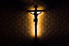 Crucifixo da fé católica na silhueta imagens de stock royalty free