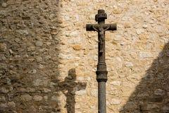 Crucifixo do ferro contra a parede de pedra Imagens de Stock Royalty Free