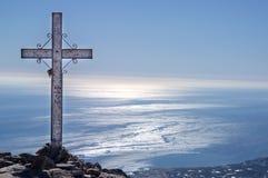 Crucifixo inscrito em uma parte superior da montanha foto de stock