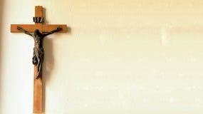 Crucifixo na parede da igreja velha Fotos de Stock
