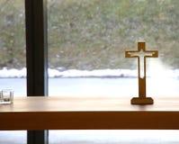 Crucifixo santamente de madeira muito simples jesus christ fotografia de stock royalty free