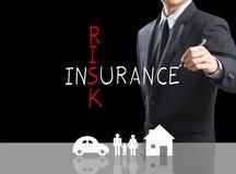 Crucigrama del seguro de riesgo de la escritura del hombre de negocios Fotos de archivo