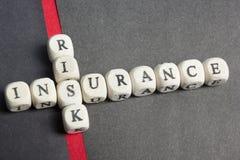 Crucigrama del seguro de riesgo en la tabla Visión superior ABC de madera Imagenes de archivo