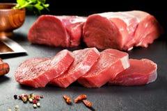 Cruda μπριζολών φρέσκου κρέατος και κόντρων φιλέτο Medallones έτοιμο να μαγειρεψει Στοκ Εικόνες