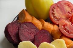 Crudas, fresco, tajado, verduras, pimientas amarillas, zanahorias anaranjadas, Imágenes de archivo libres de regalías