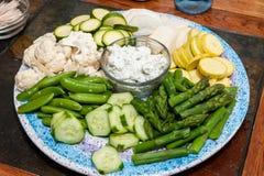Crudite aptitretare av rå grönsaker och doppa sås på en trätabell royaltyfri foto