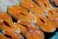 Crudo cortada, salmones no cocinados, pescados rojos, mintiendo en el hielo en el contador en el supermercado fresco fotos de archivo libres de regalías