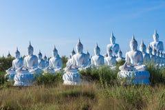 crudo de la situación blanca de Buda en fondo del cielo azul Imagenes de archivo