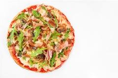 Crudo de prosciutto de pizza sur le blanc photos libres de droits