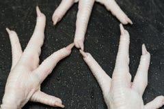 Crudo dei piedi del pollo pulito con le dita del piede Fotografie Stock Libere da Diritti