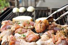 Crudo delle coscie di pollo sia maturo fiammeggiando Fotografie Stock