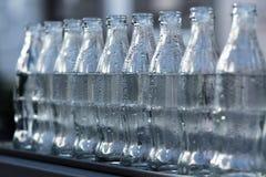 Crudo di bianco, bottiglie di vetro vuote Immagini Stock
