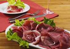 crudo di skinka italiensk parma prosciutto Arkivbild